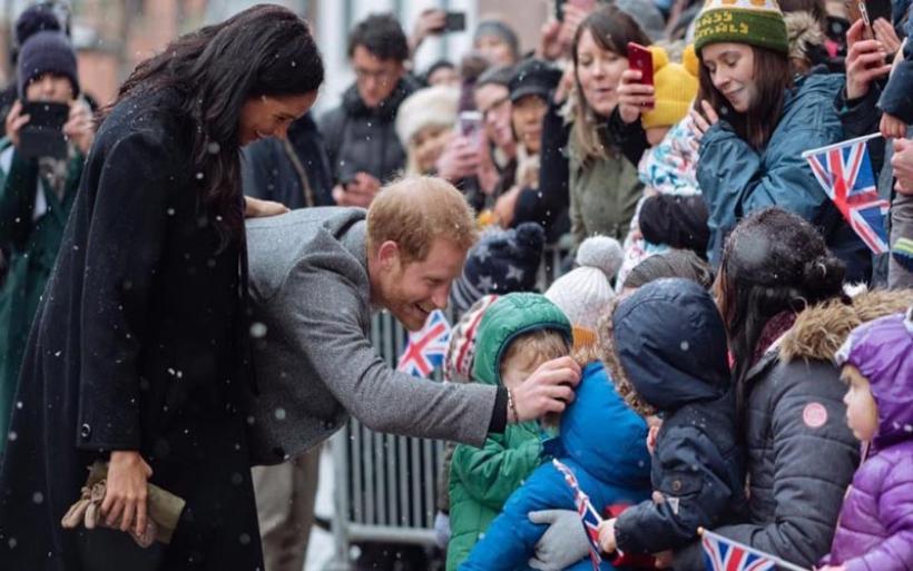 Χάρι - Μέγκαν: «Ξεροστάλιασαν» στο κρύο οι θαυμαστές τους στο Μπρίστολ για να τους δουν από κοντά
