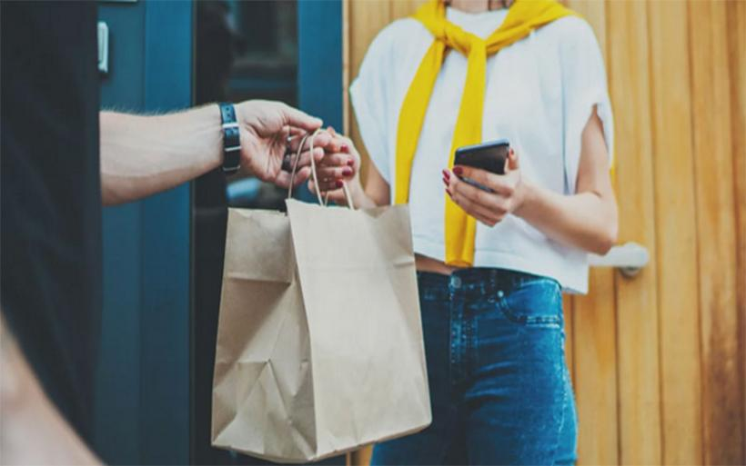 Μελέτη: Η συχνή χρήση κινητού από τους εφήβους συνδέεται με ανθυγιεινή διατροφή και αύξηση του βάρους