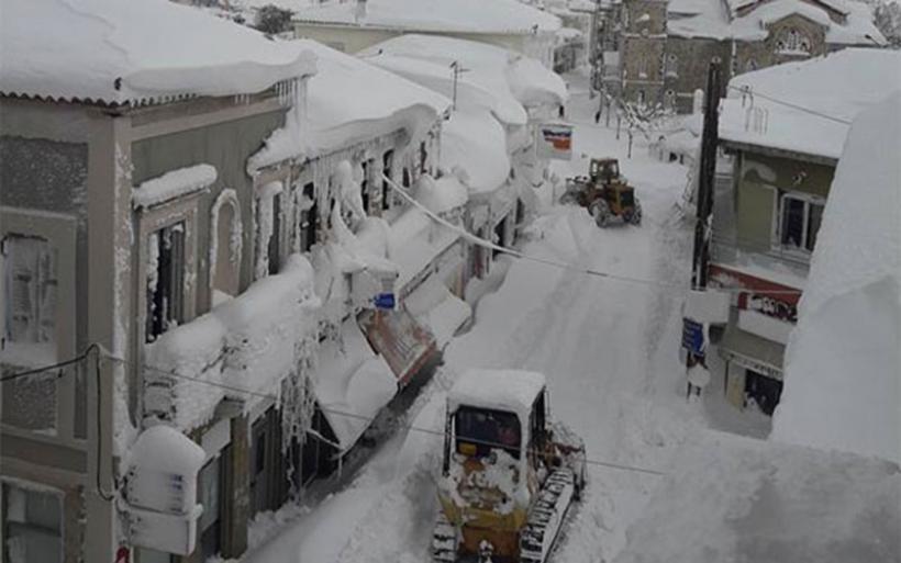 Κύμη: Σκάβουν λαγούμια στο χιόνι για να βγουν από τα σπίτια τους!