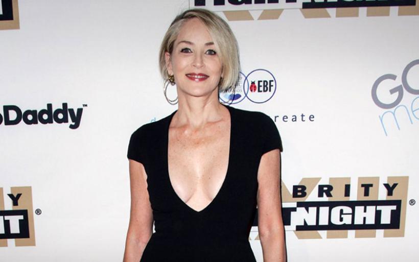 Εκθαμβωτική στα 59 της η Sharon Stone με ανοιχτό ντεκολτέ σε εκδήλωση