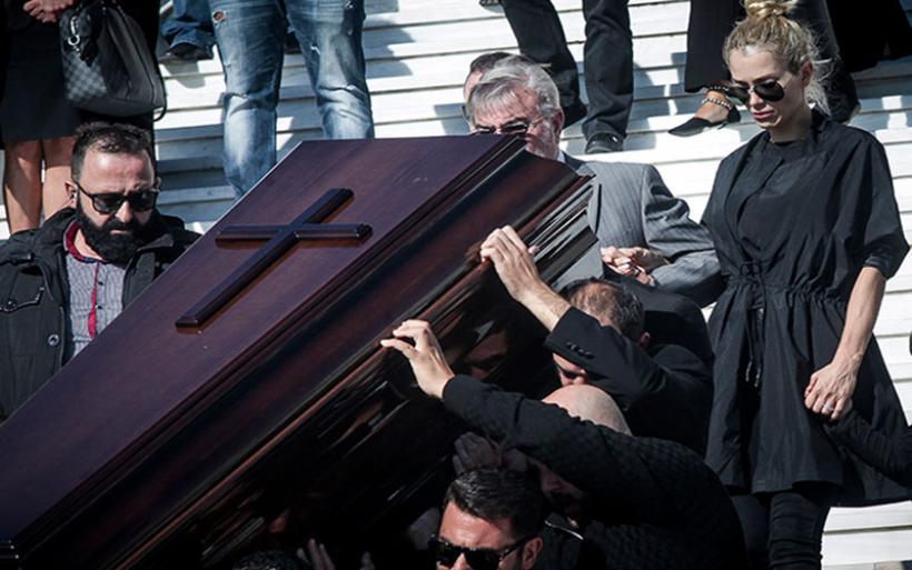 Το «τελευταίο αντίο» στον Γιάννη Μακρή – Τραγικές φιγούρες η σύζυγος και η μητέρα του