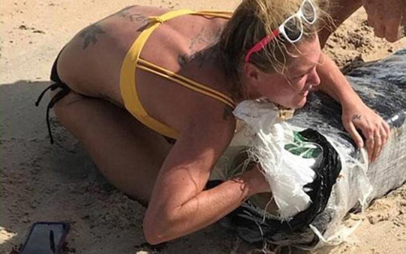 Η θάλασσα ξέβρασε ναρκωτικά και μια ξανθιά έσπευσε να αρπάξει ό,τι μπορούσε
