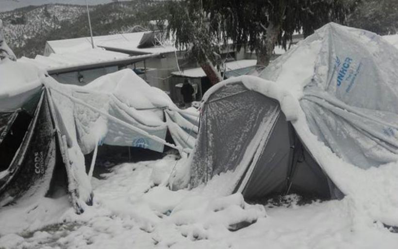 Θαμμένες στα χιόνια οι σκηνές των προσφύγων στην Μόρια της Λέσβου