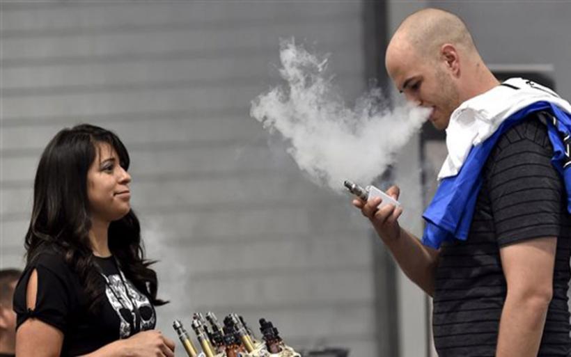 Τα ηλεκτρονικά τσιγάρα ενθαρρύνουν τους νέους να ξεκινήσουν το κάπνισμα