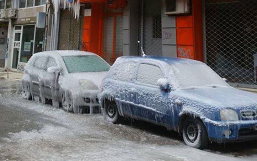 Θεσσαλονίκη: Εσπασαν οι σωλήνες νερού και η πολυκατοικία καλύφθηκε από παγοκρυστάλλους