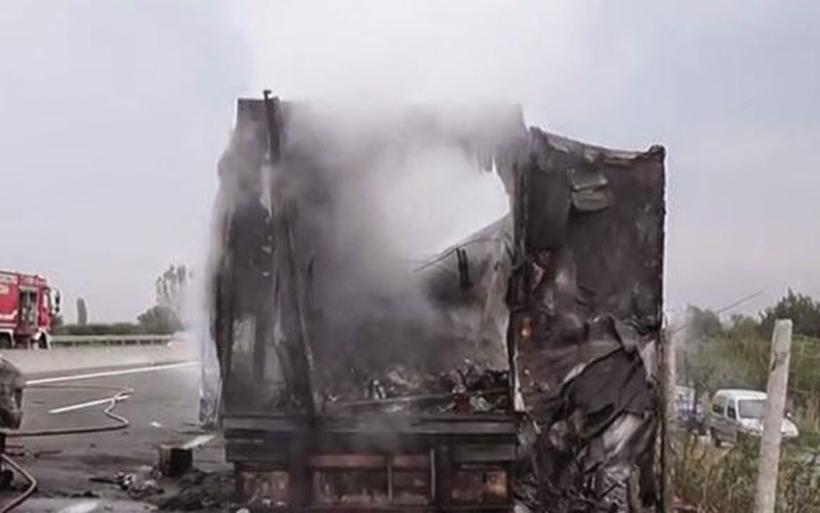 Παρανάλωμα του πυρός νταλίκα που μετέφερε ελιές στην Ε.Ο. στο ύψος Αγ. Θεοδώρων