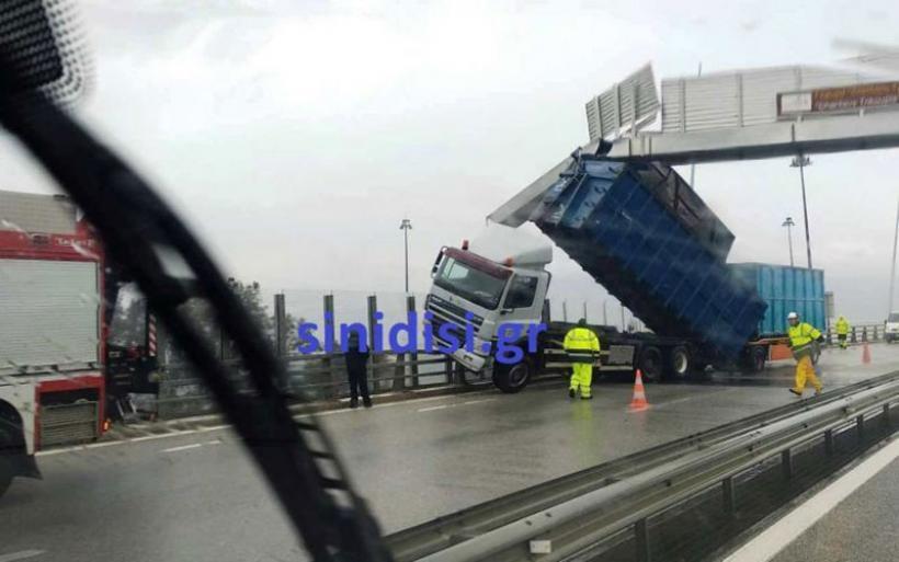 Ζημιές στη Γέφυρα Ρίου - Αντιρρίου - Ο αέρας πήρε και σήκωσε καρότσα νταλίκας (φωτο)