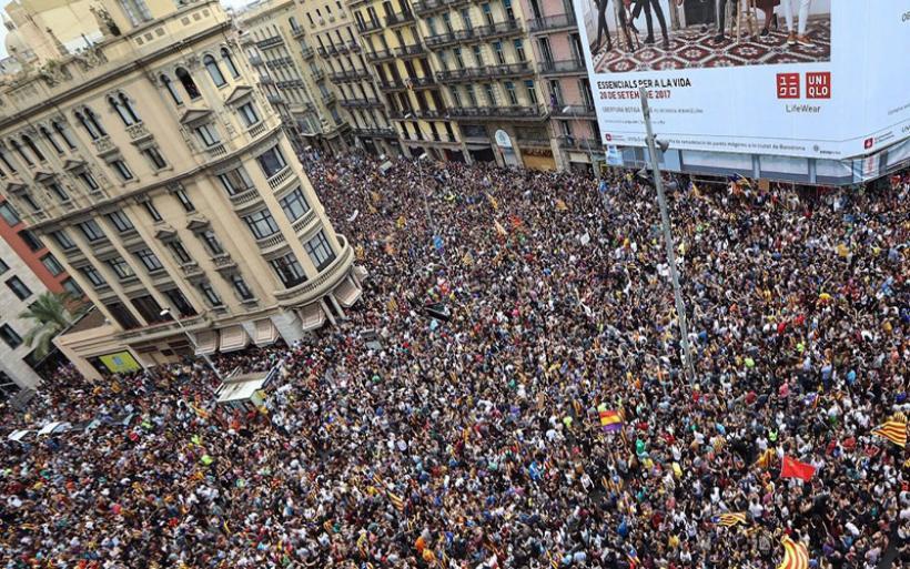 Εκρηκτική η κατάσταση στην Καταλονία: Αστυνομικές δυνάμεις τρέπονται σε φυγή από χιλιάδες διαδηλωτές