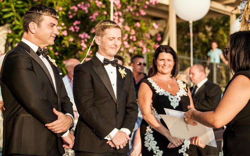 Ο πρώτος γκέι γάμος στο Βόλο ήταν μια άκρως ρομαντική τελετή με θέα τον Παγασητικό