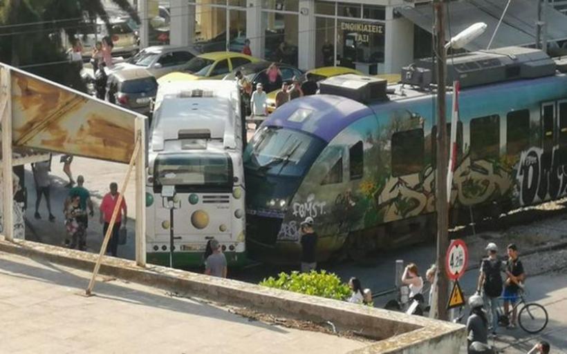 Λιοσίων: Σύγκρουση λεωφορείου ΕΘΕΛ με τρένο προαστιακού