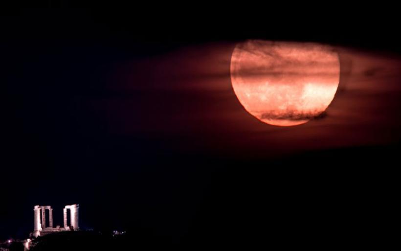 Η Ροζ Πανσέληνος στον αττικό ουρανό: Δείτε μαγευτικές εικόνες με φόντο το Σούνιο