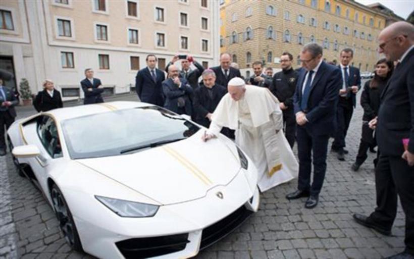 Ο Παπάς Φραγκίσκος αρνείται Lamborghini αλλά την ευλογεί [βίντεο]
