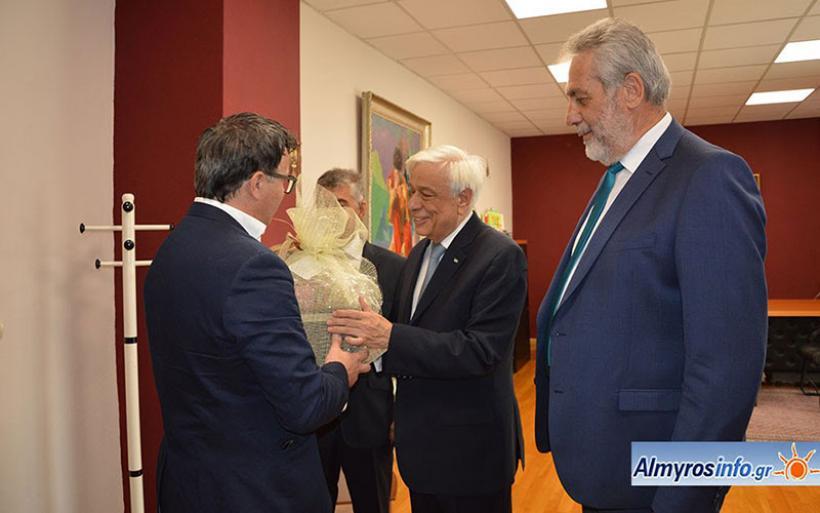 Καλάθι με τοπικά προϊόντα στον πρόεδρο της Δημοκρατίας από την  Ενωση Επαγγελματοβιοτεχνών Αλμυρού