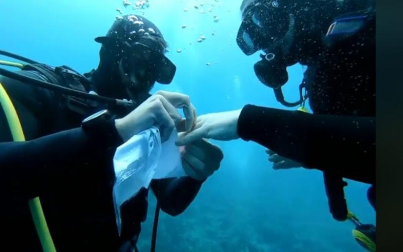 Πρόταση γάμου στον βυθό του Παγασητικού -Έκανε νεαρός δύτης από τον Αλμυρό (video)