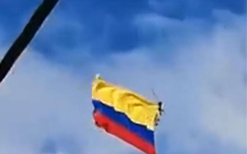 Βίντεο σοκ: Κολομβιανοί υπαξιωματικοί που κρέμονταν από ελικόπτερο σε επίδειξη πέφτουν στο κενό!
