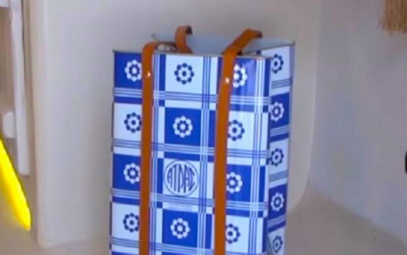 H τενεκεδένια τσάντα των 250 εωρώ που κάνει πάταγο στην Μύκονο