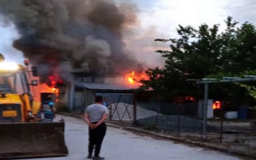 Ριζόμυλος: Ολονύκτια επιχείρηση για πυρκαγιά σε αποθήκη με γεωργικά προϊόντα
