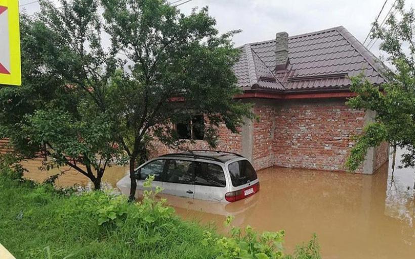 Ρουμανία: Καταστροφές σε οδικούς άξονες, πτώσεις δέντρων από τους θυελλώδεις ανέμους