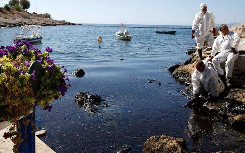 Σαρωνικός: Παραμένει η ρύπανση από την πετρελαιοκηλίδα