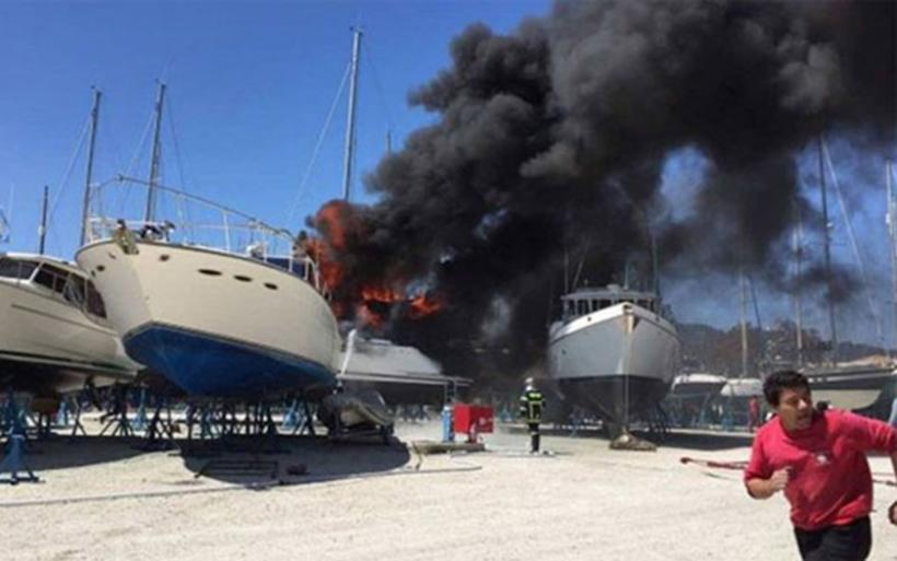 Σκάφος τυλίχτηκε στις φλόγες στη Λευκάδα