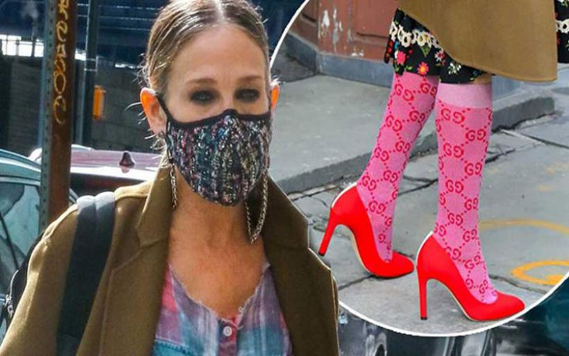 Γόβες με κάλτσες: Το νέο τολμηρό street style look της Sarah Jessica Parker