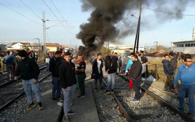 Λάρισα: Κατάληψη στις σιδηροδρομικές γραμμές (βίντεο)