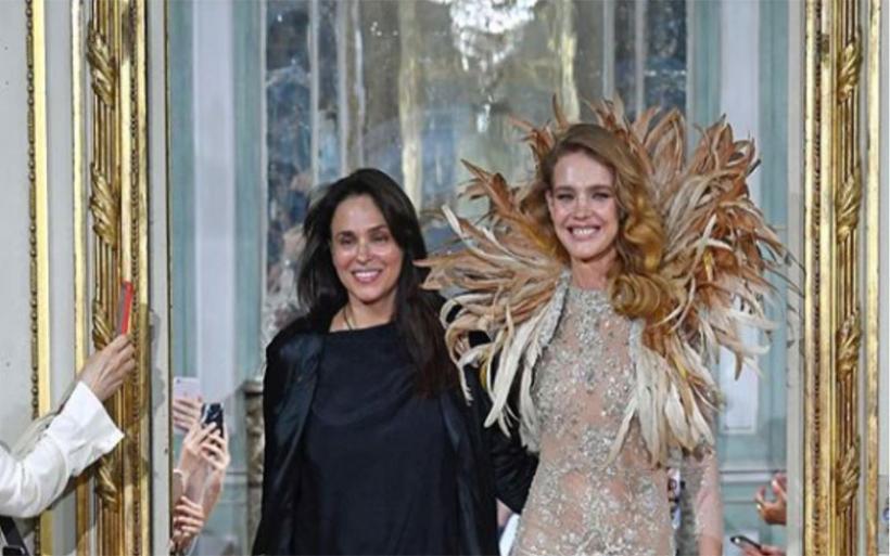 Φαντασμαγορικό show στο Παρίσι: Υπέρλαμπρη η Βοντιάνοβα με δημιουργίες της Σήλιας Κριθαριώτη