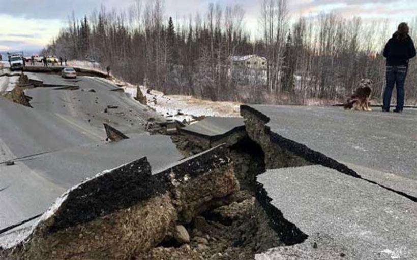 Αλάσκα: Eικόνες καταστροφής μετά τον ισχυρότατο σεισμό. Άνοιξαν στα δύο οι δρόμοι