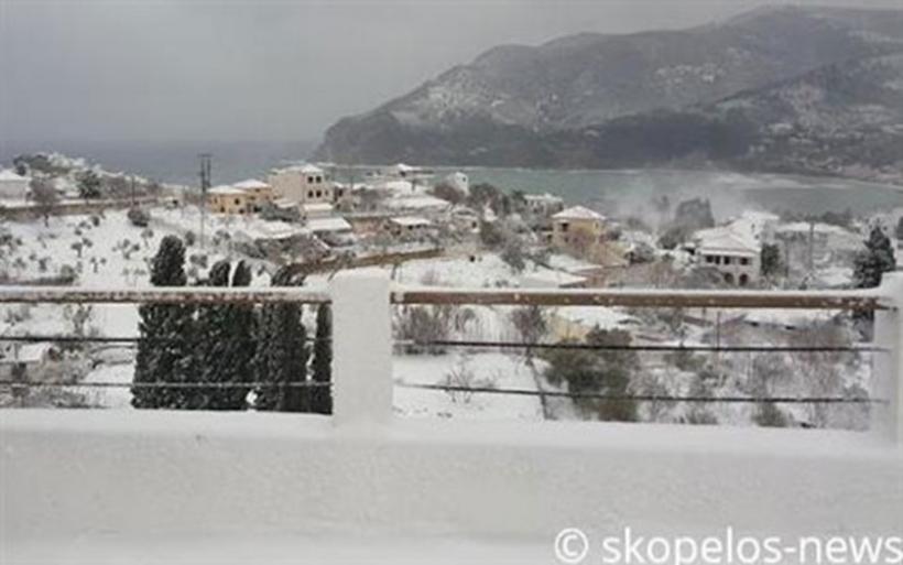 Κατάσταση εκτάκτου ανάγκης στις Σποράδες: το 1,5 μέτρο έφτασε το χιόνι
