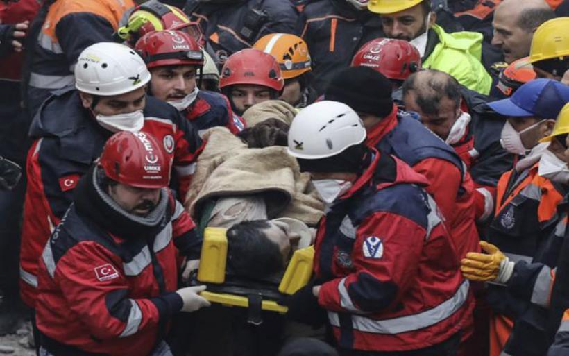 Εικόνες-σοκ: Η στιγμή που διασώστες βγάζουν ζωντανό έναν 16χρονο από το κτίριο στην Κωνσταντινούπολη