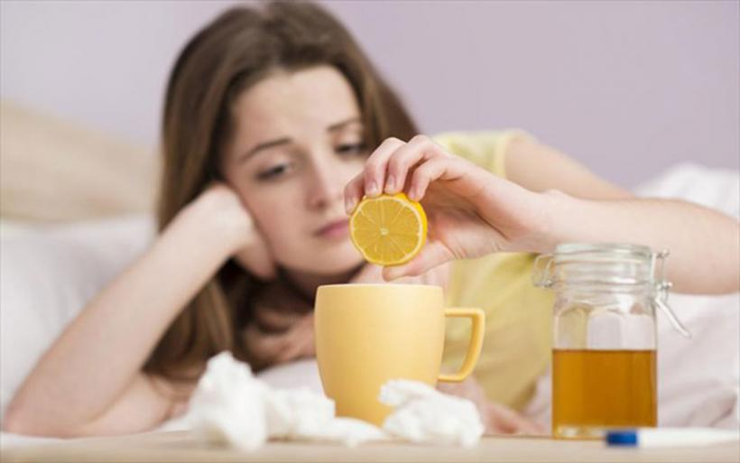 Σας τριγυρνάει γρίπη ή κρυολόγημα; Τι πρέπει να πιείτε για να τονωθείτε