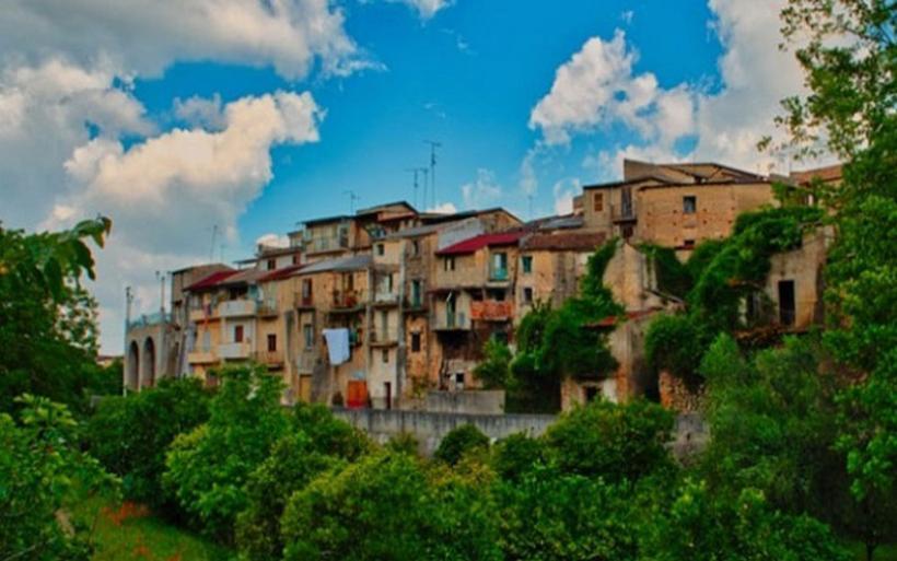 Χωριό της Σικελίας ετοιμάζεται να δημοπρατήσει 20 σπίτια με μόλις 2 ευρώ το καθένα