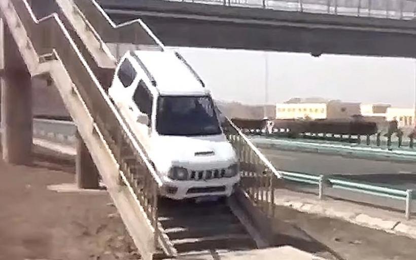 Suzuki Jimny χρησιμοποιεί πεζογέφυρα για να κάνει αναστροφή [video]