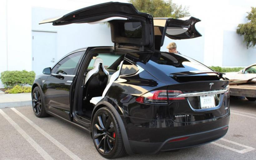 H Mercedes έκανε φύλλο και φτερό ένα Tesla Model Χ!