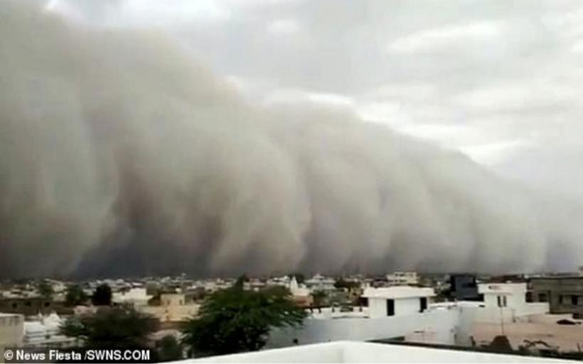 Εικόνες αποκάλυψης στην Ινδία με αμμοθύελλα να «καταπίνει» μια πόλη