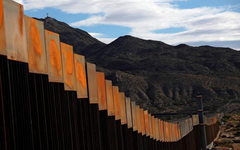 """""""Εκατοντάδες επιπλέον χιλιόμετρα"""" τείχους σχεδιάζει ο Τραμπ"""