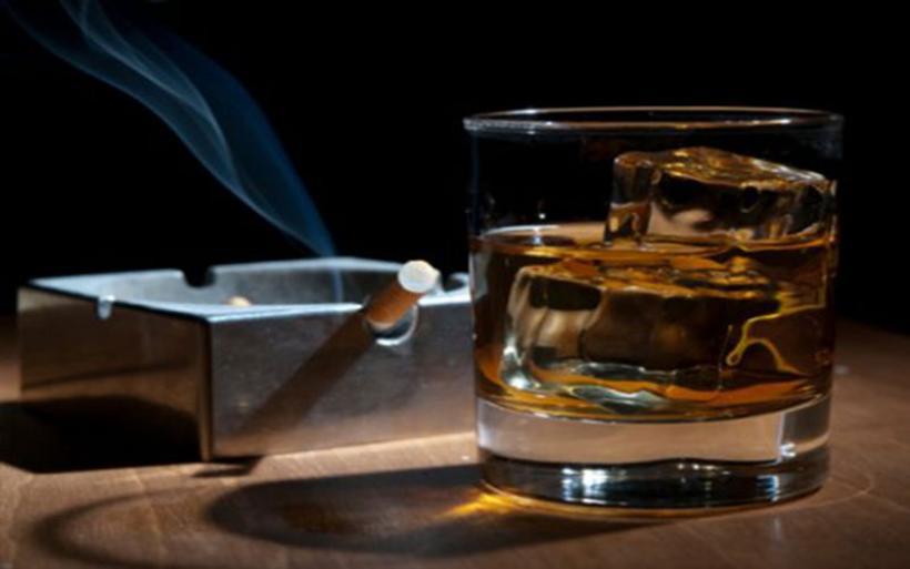 Πιο γερασμένοι δείχνουν όσοι πίνουν και καπνίζουν