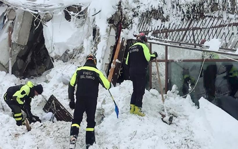 Ελπίδα στο ιταλικό ξενοδοχείο που θάφτηκε στο χιόνι, ανασύρθηκαν επιζώντες