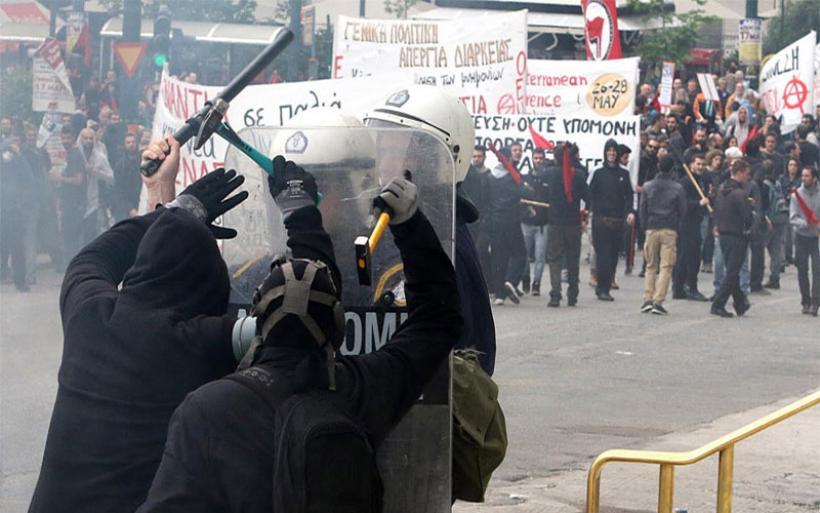 Φοιτητικές εκλογές 2017: Επίθεση κουκουλοφόρων με τσεκούρια και ρόπαλα σε φοιτητές στο κέντρο της Αθήνας