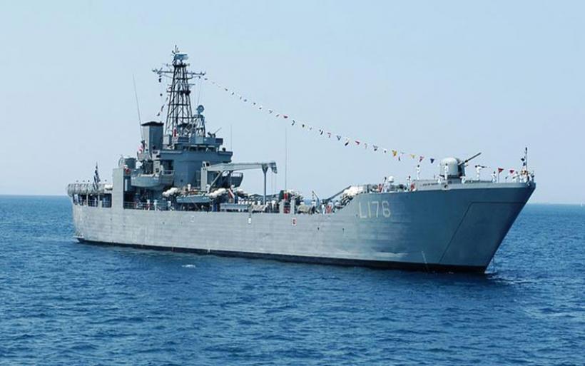 Πλοίο του πολεμικού ναυτικού στη Λέσβο για να στεγάσει τους πρόσφυγες