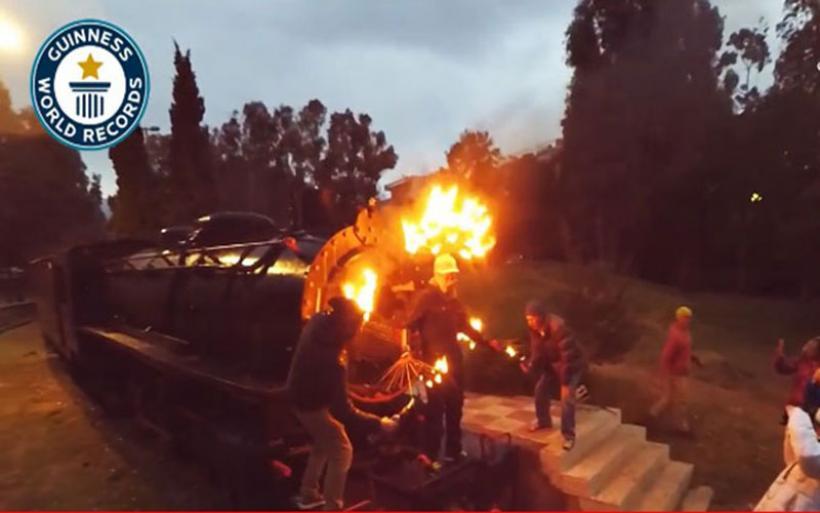 Ρεκόρ-Γκίνες στην Καλαμάτα: Υπέμεινε στο σώμα του 100 αναμμένα δαδιά!