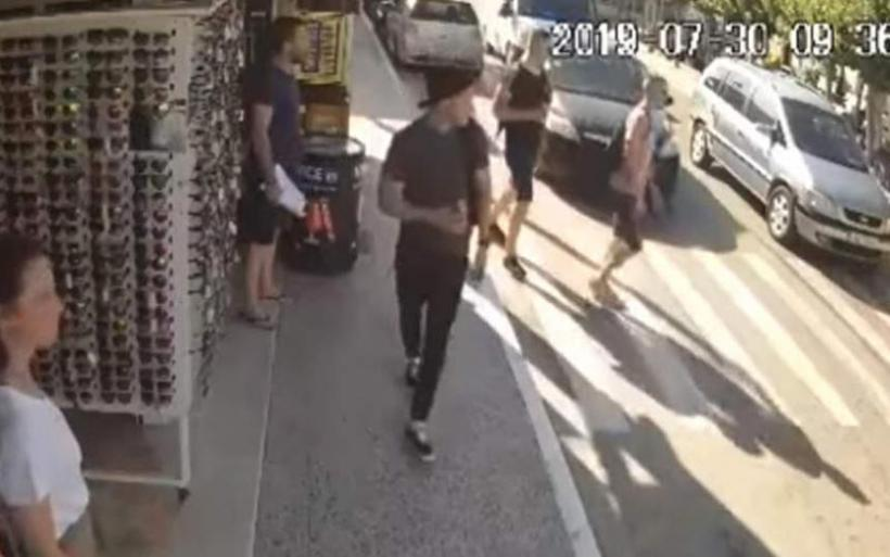 Βίντεο - σοκ: Η στιγμή που τουρίστας παρασύρεται από ΙΧ στη Ζάκυνθο