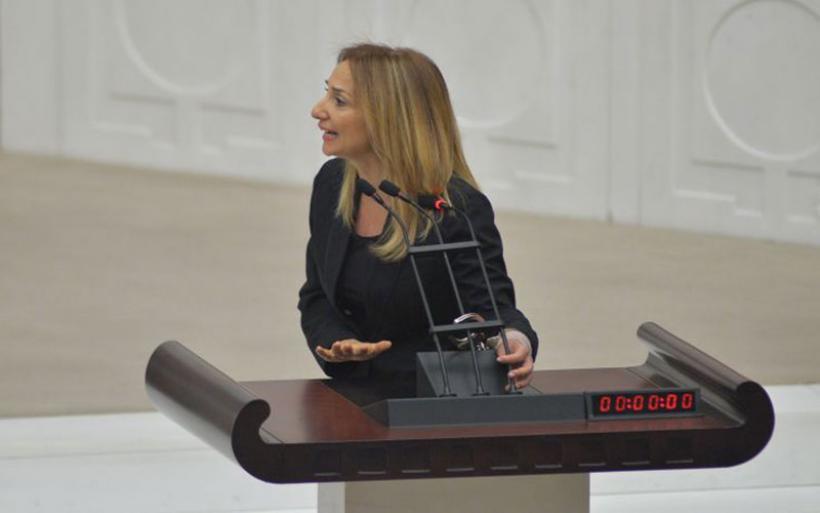 Ανεξάρτητη βουλευτής δέθηκε με χειροπέδες στην τουρκική Βουλή