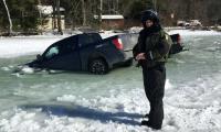 Τα αυτοκίνητα των ψαράδων βυθίστηκαν στην παγωμένη λίμνη