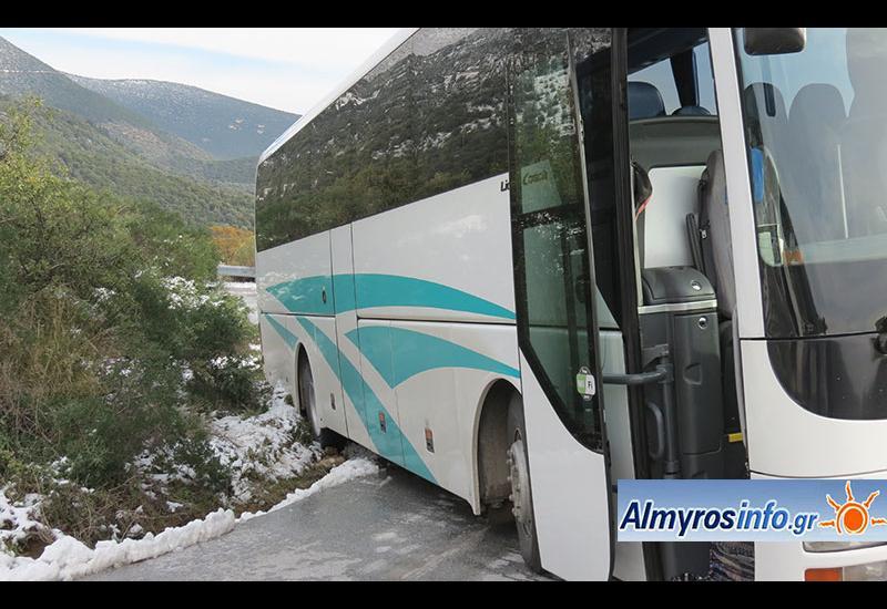 Λεωφορείο από Πτελεό προς Αλμυρό παρέκκλινε της πορείας του λόγω παγετού (φωτο)
